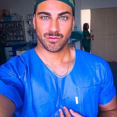 uomo in camice da medico