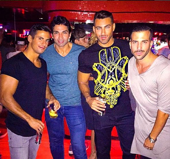 4 uomini in piedi