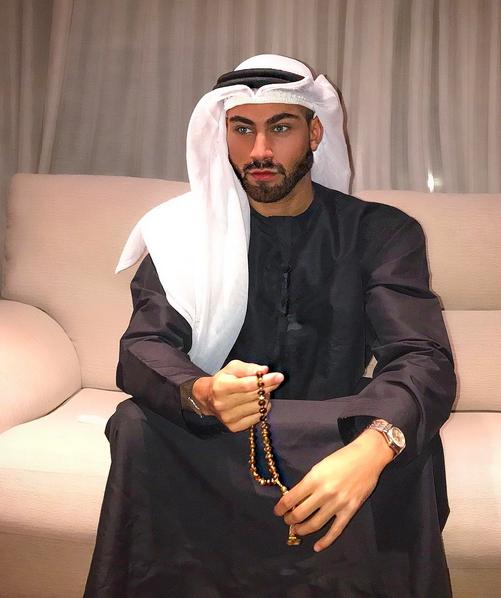 Uomo in abito tradizionale arabo