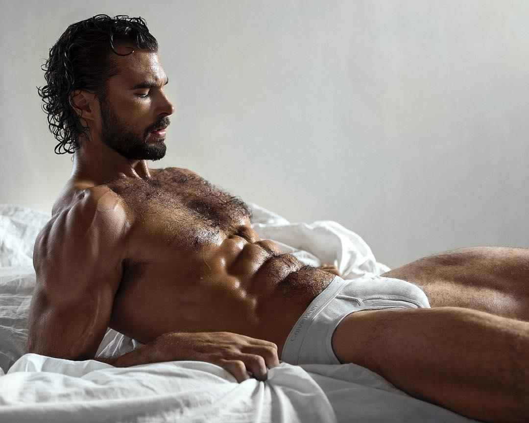 Uomo steso sul letto