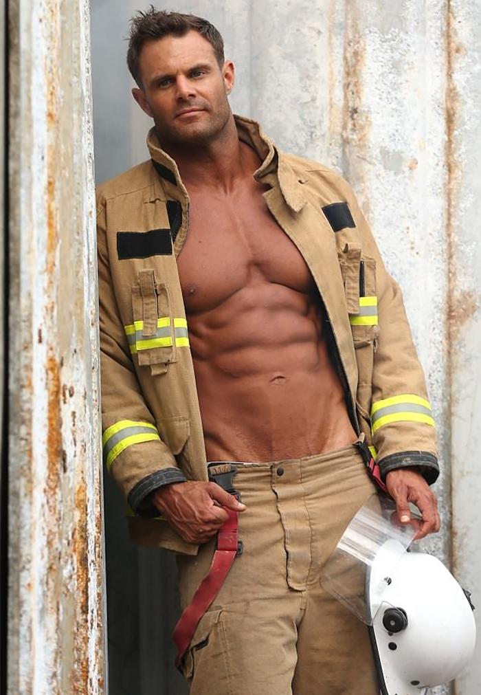 Calendario Pompieri Americani.Vigili Del Fuoco Australiani In Posa Per Beneficenza Nel